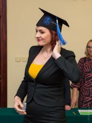 """Dyplom MBA odbiera była posłanka, obecnie dyrektor MPGKiM Bernadeta Krynicka. Nakrycie głowy w amerykańskim stylu i błędem w napisie: """"Master of Buiness Adminstration"""". Tego dnia wielu łomżyńskich VIP-ów stało się specjalistami od zarządzania."""