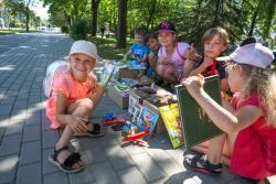 Dzieci z Polowej mają własny biznes na chodniku.