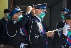 Maski, maseczki podczas oddania odremontowanej remizy strażackiej w Jedwabnem.