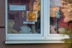 """Akcja """"zostań w domu"""", N/z okno jednego z mieszkań przy ul. Bernatowicza."""