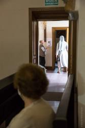 Zgonie z zaleceniami epidemicznymi opróżnione pojemniki z wodą święconą, a zamiast tego przy wejściu do Katedry środki do dezynfekcji. Wyjście bezpieczeństwa?