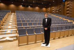 Nowa sala koncertowa Orkiestry Kameralnej na ukończeniu. Dyrektor Jan Miłosz Zarzycki ogląda z zainteresowaniem.