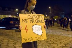 """""""Strajk Kobiet"""" poruszył młodzież, która licznie uczestniczyła w spacerach protestacyjnych."""