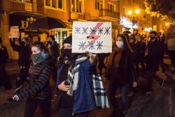 """Wkurzona młodzież z transparentem """"***** ***"""" na """"Strajku Kobiet""""."""