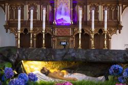 Wielka sobota, grób Pański w kościele Św. Andrzeja Boboli. Ograniczenia do 5 osób przebywających w kościele. Proboszczowie przy każdym grobie ustawiali kamerki internetowe, aby transmitować... Amerykański youtube uratował święta.