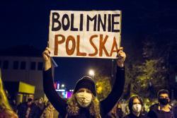 """""""Strajk Kobiet"""". Dziewczyna niesie tekturę z napisem: """"Boli Mnie Polska"""". Czy napis wyraża postawę całej młodzieży? Na pewno wielu młodych brało udział w spacerach i kibicowało protestującym. Być może nachalne, momentami przybierająca postać indoktrynacji toporne pouczanie wywołało odwrotny skutek od zamierzonego."""