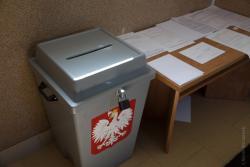 Urzędy ze względu na koronawirusa pozamykały się przed obywatelami.  Nam wystawiono urny i położono druki. N/z wejście do Gminy Łomża.