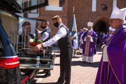 Msza Święta pogrzebowa pierwszej ofiary koronawirusa siostry Teresy Kuryła w Łomży.