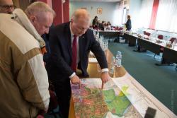 Poseł jeszcze PIS Lech Kołakowski, pomysłodawca poprowadzenia kolei dużych prędkości przez Łomżę w ramach komponentu kolejowego Centralnego Portu Komunikacyjnego, pokazuje na mapie wariant, którym można byłoby poprowadzić tory podczas przerwy w sesji Rady Miasta.