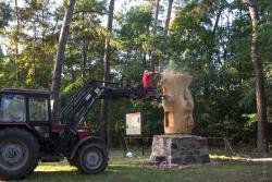 Blisko 3-tonowy pień dębowego drewna stanął na postumencie staraniem i pracą wielu zaangażowanych ludzi i instytucji, aby  trwać jako pomnik Stacha Konwy.
