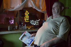 Pan Jarosław Ramotowski od ośmiu lat, ze względu na chore nogi, może chodzić tylko po swoim pokoju w domu w Piątnicy. Zadzwonił do mnie, aby powiedzieć, że sąsiad z przeciwka, który przyjechał z Anglii do teściów, chcąc uatrakcyjnić seniorom święta ustroił choinki na zewnątrz. Pan Jarosław opowiadał z radością, że Jego świat to okno i telewizor, i choinki za oknem.