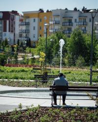 Relaks na ławeczce w Parku Jana Pawła II.