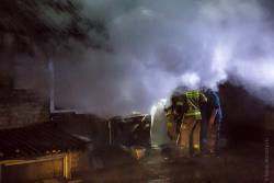 Strażacy interweniujący podczas pożaru budynku gospodarczego w Modzelach - Skudoszach.