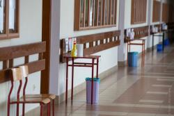 Ze względu na koronawirusa opóźniona matura w sanitarnym reżimie. N/z ustawione stoliki z informacją i płynami do dezynfekcji w 1 LO w Łomży.
