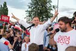 Andrzej Duda na wiecu w Łomży. Tłumy witały prezydenta i kandydata na prezydenta. Nikt wtedy nie myślał o dystansie, zresztą premier Morawiecki wyjaśniał, że wirus jest w odwrocie i trzeba iść głosować.