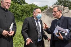 Ks. Wojciech Lemański, naczelny rabin Polski Michael Schudrich i bp Rafał Markowski w 79. rocznicę mordu Żydów w Jedwabnem.