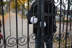 """Zamknięcie bram cmentarza w """"białych rękawiczkach"""". Formacja, która szczyciła się szacunkiem dla tradycji, właśnie tę tradycje burzy."""