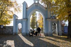Zamknięte cmentarze na Wszystkich Świętych. Ludzie zostawiaja kwiaty i znicze pod bramami nekropolii.