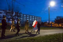 Marsz Żołnierzy Wyklętych w Łomży przeszedł pod czarnymi sztandarami ONRu. Biało-czerwony sztandar, jeden z nielicznych.