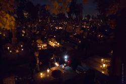 Po ogłoszeniu zamknięcia cmentarzy na święto zmarłych, kto mógł tłumnie ruszył, aby odpalić świeczkę na grobie bliskich przed zamknięciem.