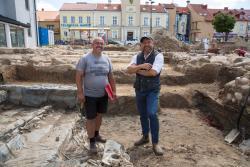 Archeolodzy: Mieczysław Bienia i Michał Grabowski na wykopaliskach na Starym Rynku w Łomży.