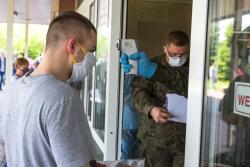 Wojsko OT kontroluje temperaturę na wejściu do szpitala.