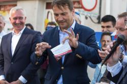 Radosław Sikorski przyjechał namawiać na głosowanie na Rafała Trzaskowskiego. N/z z obrzydzeniem zgina ulotkę Andrzeja Dudy.