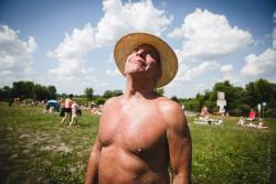 Janusz Krasowski korzysta ze słońca w środku wakacji i w końcówce funkcjonowania plaży miejskiej.