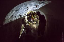 Mężczyzna około 40 lat spadł w 5-metrową przepaść idąc podziemnym chodnikiem w Forcie nr 1. w Piątnicy. Rannego turystę na noszach wynieśli strażacy.