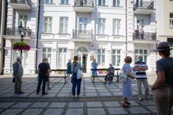 Wernisaż wystawa w Galerii Sztuki Współczesnej na ul. Długiej. Do środka mogło wejść jednocześnie 5 osób.