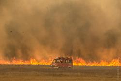 Goniądz, pożar Biebrzańskiego Parku Narodowego. Idzie ściana ognia. Strażacy ewakuują samochód ...