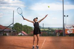 Aniela Galińska z UKS Return Łomża podczas w Ogólnopolskiego Turnieju Klasyfikacyjnego w Tenisie Skrzatek Piątuś Cup na kortach III LO w Łomży.