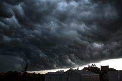 Chmura nadciąga nad miasto.