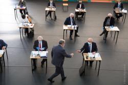 Sesja Rady Miasta, aby zachować odległości, odbywa się na sali gimnastycznej III LO. Radny Andrzej Grzymała podaje kubek dziś już śp. radnemu Witoldowi Chludzińskiemu.