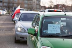 Mimo zakazu spotykania się, mieszkańcy protestowali w autach pod szpitalem przeciwko decyzji wojewody Paszkowskiego. W ten sposób wojewoda pozbawił większość mieszkańców bez opieki medycznej. Zapanował chaos w służbie zdrowia.
