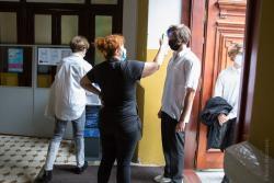 Sprawdzanie temperatury podczas wejścia do szkoły w II LO w Łomży.