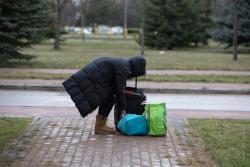 Łomżyński szpital decyzja wojewody Paszkowskiego stał się jednoimienny. Pacjentka z walizkami wypisana szybko do domu, aby wyczyścić obiekt przed przebudowaniem dla pacjentów z koronawirusem, czeka na rodzinę.