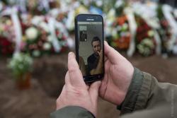 Syn Tomek, będący samemu chorym na koronawirusa,  ogląda transmisję pochowania ojca, który zmarł na COVID-19.