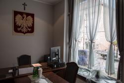 Zbita szyba w biurze senatora Marka Komorowskiego.