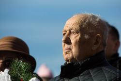 Podczas wyśpiewania przez chór Hymnu Sybiraków Roman Kalista miał oczy pełne łez. - Kto nie był w czasie wojny na nieludzkiej ziemi za Uralem, ten nie wyobraża sobie, jak strasznie tam było... - wspominał 87 latek. 10 lutego 1940 roku wraz z rodzicami i rodzeństwem został w mroźny poranek zabrany przez NKWD-na z Podgórza na stację kolejową w Łomży, skąd w bydlęcych wagonach wywieziono ich w nieznanym kierunku.