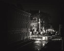 Krzyżowanie ulic Giełczyńskiej i Dwornej nocą.