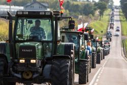 """Protest rolników przeciwko """"Piątce Kaczyńskiego"""" w Łomży."""