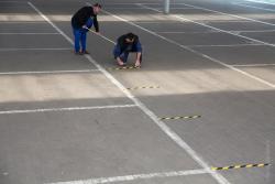 Pracownicy MPGKiM przygotowują system kolejkowy przed otwarciem targowiska.
