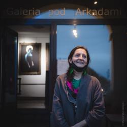 """Ewa Skłodowska , autorka wystawy """"""""Samorodek"""" prezentowana w Galerii Pod Arkadami, złożona ze zdjęć pokazujących człowieka takim, jaki jest naprawdę, niezwykle wyraziście eksponujących to, czego często nie dostrzegamy na pierwszy rzut oka – prawdziwe piękno każdego z nas."""