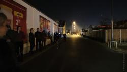 Ograniczenia liczby osób przebywających w sklepach. Nocna kolejka czekających na wejście do sklepu Lidl.