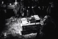 Fotograficzne wspomnienie Wojtka Surawskiego w Galerii pod Arkadami.  Stolik jak trumna z negatywami. Pochować czy zmartwychwstać?