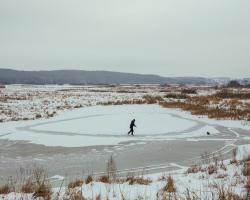 Pan Dariusz zrobił sobie lodowisko na starorzeczu Narwi w Starej Łomży.