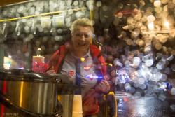 Pani Bożena z MPK w autobusie z ciepłymi napojami podczas 27.finału WOŚP na Starym Rynku w Łomży.