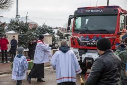 Ks. Radosław Kubeł święci nowy wóz strażaków z Mątwicy.