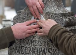 """Franciszek Męczkowski, uczestnik bitwy pod Sieburczynem w lipcu 1863 roku, dzięki członkom """"Stowarzyszenia Wizna 1939"""", którzy umieścili zdjęcie bohatera, odzyskuje twarz."""
